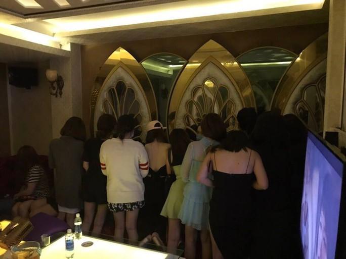 TP HCM: Hàng chục tiếp viên khách sạn chỉ tiếp quý ông Hàn Quốc - Ảnh 1.