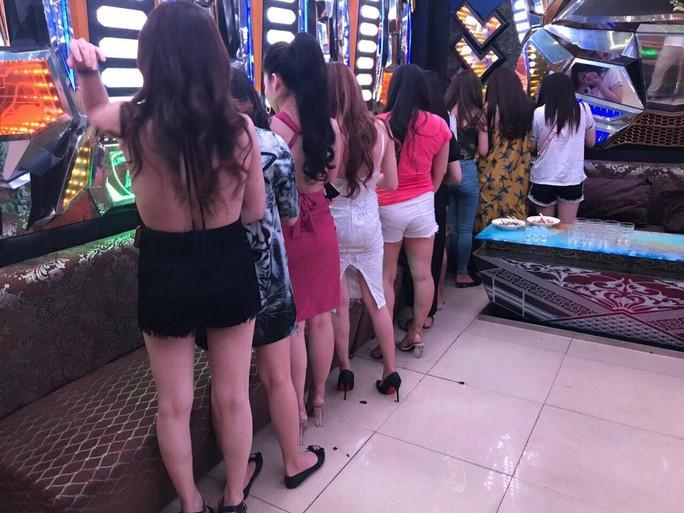 TP HCM: Hàng chục tiếp viên khách sạn chỉ tiếp quý ông Hàn Quốc - Ảnh 2.