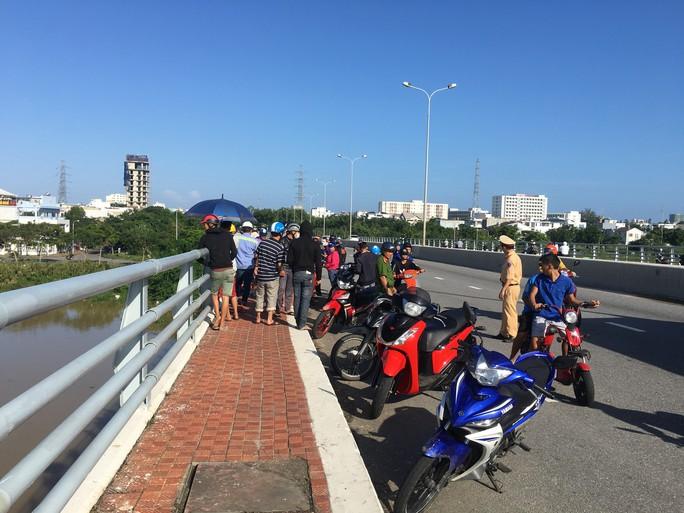 Bỏ lại xe máy, một phụ nữ bất ngờ nhảy xuống sông Hàn tự tử - Ảnh 1.