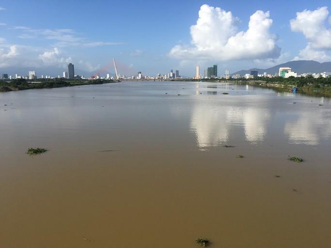 Bỏ lại xe máy, một phụ nữ bất ngờ nhảy xuống sông Hàn tự tử - Ảnh 2.