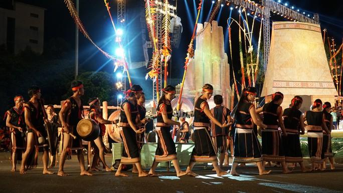 Trắng đêm với Festival văn hóa cồng chiêng Tây Nguyên - Ảnh 2.