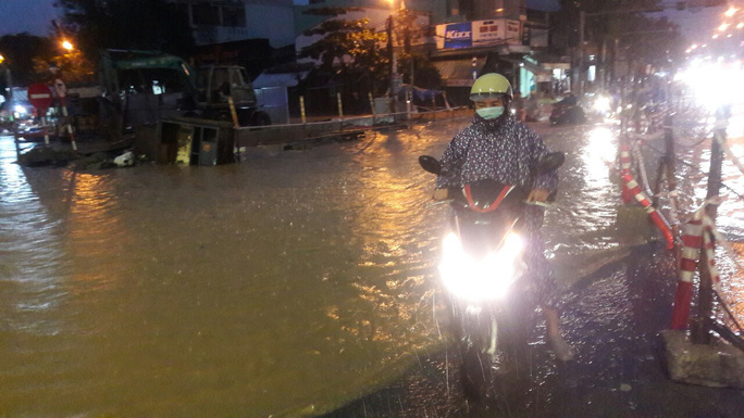 Nước dâng cao, Quốc lộ 1 qua Đà Nẵng tê liệt - Ảnh 7.