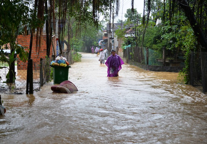 Quảng Ngãi mưa lớn, sạt lở cô lập nhiều xã vùng cao - Ảnh 1.
