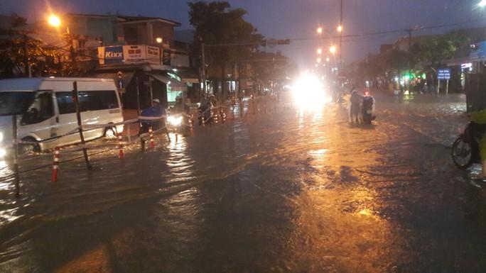 Nước dâng cao, Quốc lộ 1 qua Đà Nẵng tê liệt - Ảnh 8.