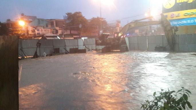 Nước dâng cao, Quốc lộ 1 qua Đà Nẵng tê liệt - Ảnh 10.