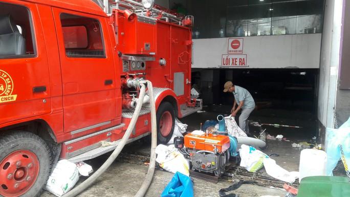 Cận cảnh giải cứu hàng loạt xế hộp tiền tỉ bị ngập nước ở Đà Nẵng - Ảnh 5.