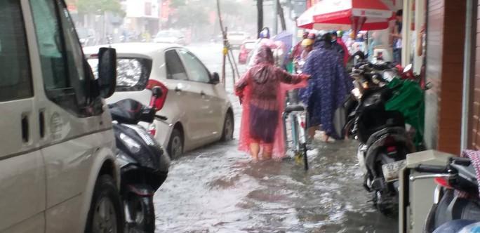 Đà Nẵng: Sau cơn mưa lớn, một số đường phố  lại tiếp tục biến thành sông - Ảnh 2.