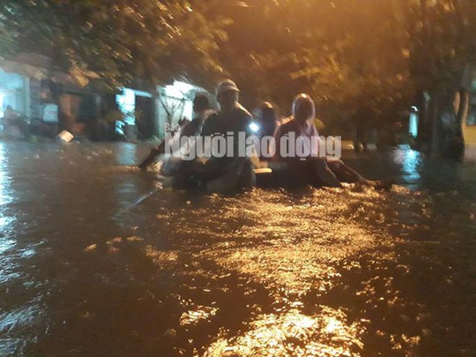 Nước lên nhanh, dân Quảng Nam cầu cứu trong đêm, 1 người bị lũ cuốn - Ảnh 15.