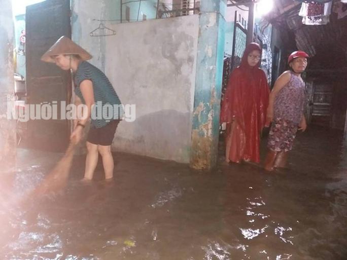 Nước lên nhanh, dân Quảng Nam cầu cứu trong đêm, 1 người bị lũ cuốn - Ảnh 13.