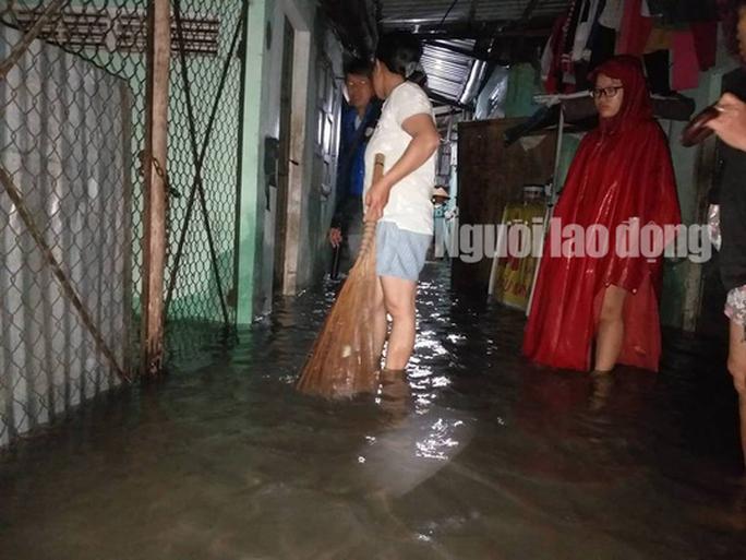 Nước lên nhanh, dân Quảng Nam cầu cứu trong đêm, 1 người bị lũ cuốn - Ảnh 2.