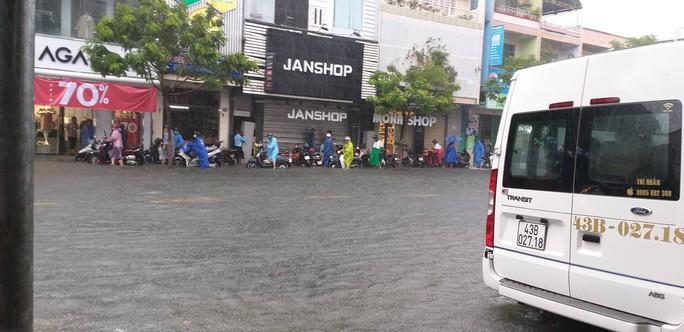 Đà Nẵng: Sau cơn mưa lớn, một số đường phố  lại tiếp tục biến thành sông - Ảnh 3.