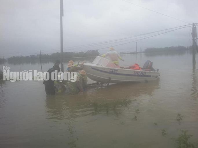 Nước lên nhanh, dân Quảng Nam cầu cứu trong đêm, 1 người bị lũ cuốn - Ảnh 12.