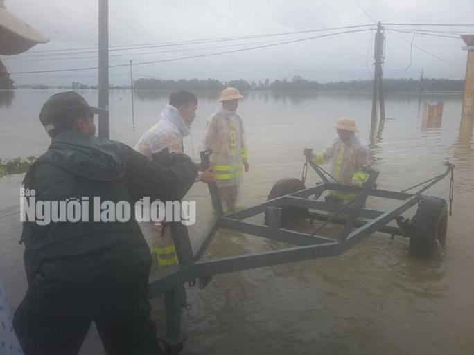 Nước lên nhanh, dân Quảng Nam cầu cứu trong đêm, 1 người bị lũ cuốn - Ảnh 11.