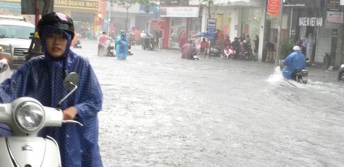 Đà Nẵng: Sau cơn mưa lớn, một số đường phố  lại tiếp tục biến thành sông - Ảnh 5.