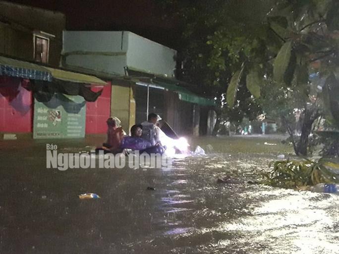 Nước lên nhanh, dân Quảng Nam cầu cứu trong đêm, 1 người bị lũ cuốn - Ảnh 16.