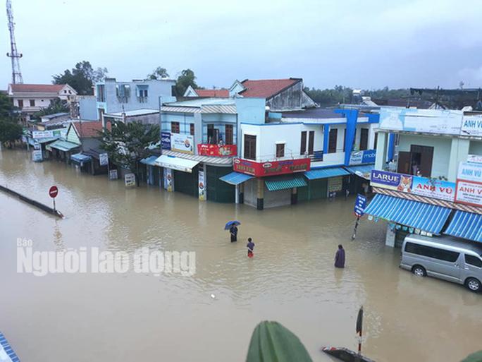 Nước lên nhanh, dân Quảng Nam cầu cứu trong đêm, 1 người bị lũ cuốn - Ảnh 8.