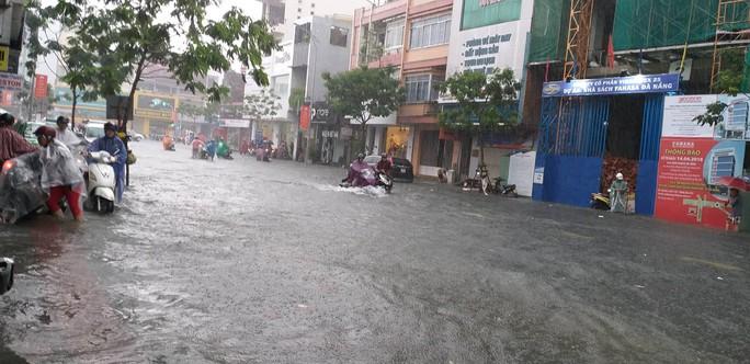 Đà Nẵng: Sau cơn mưa lớn, một số đường phố  lại tiếp tục biến thành sông - Ảnh 8.