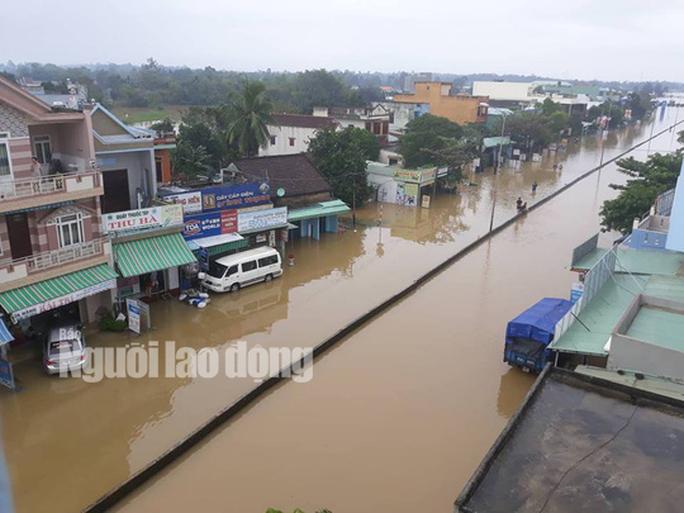 Nước lên nhanh, dân Quảng Nam cầu cứu trong đêm, 1 người bị lũ cuốn - Ảnh 9.