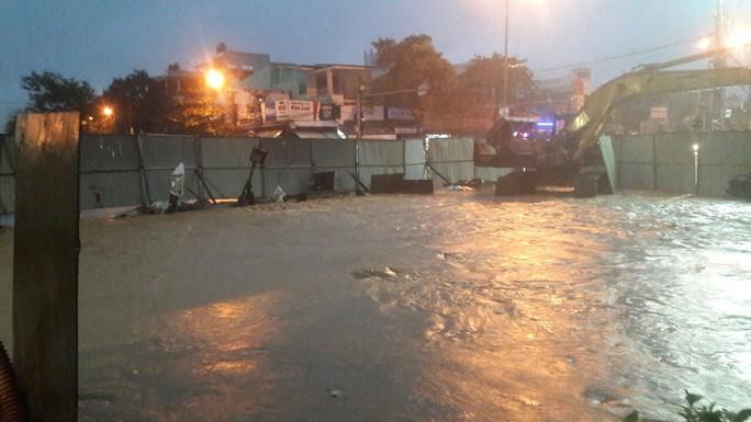 Nước dâng cao, Quốc lộ 1 qua Đà Nẵng tê liệt - Ảnh 11.