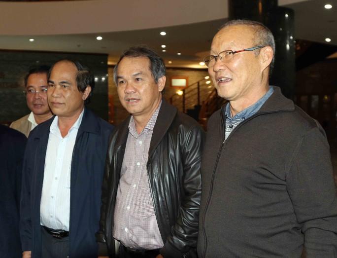 Bầu Đức trả 19,2 tỉ đồng tiền lương cho HLV Park Hang-seo - Ảnh 1.