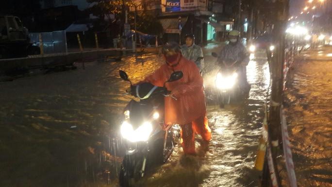 Nước dâng cao, Quốc lộ 1 qua Đà Nẵng tê liệt - Ảnh 12.