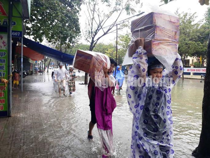 Quảng Nam lại mưa to, bộ đội giúp dân đi lánh nạn - Ảnh 13.