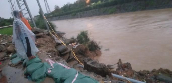 Nước dâng cao, Quốc lộ 1 qua Đà Nẵng tê liệt - Ảnh 6.