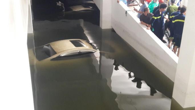 Cận cảnh giải cứu hàng loạt xế hộp tiền tỉ bị ngập nước ở Đà Nẵng - Ảnh 1.