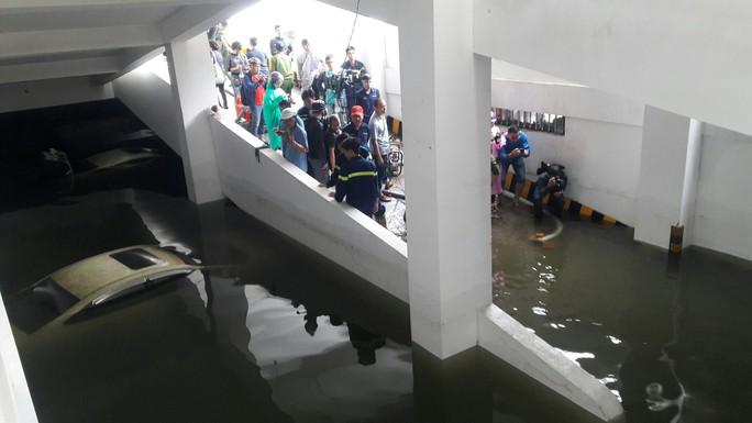 Cận cảnh giải cứu hàng loạt xế hộp tiền tỉ bị ngập nước ở Đà Nẵng - Ảnh 6.