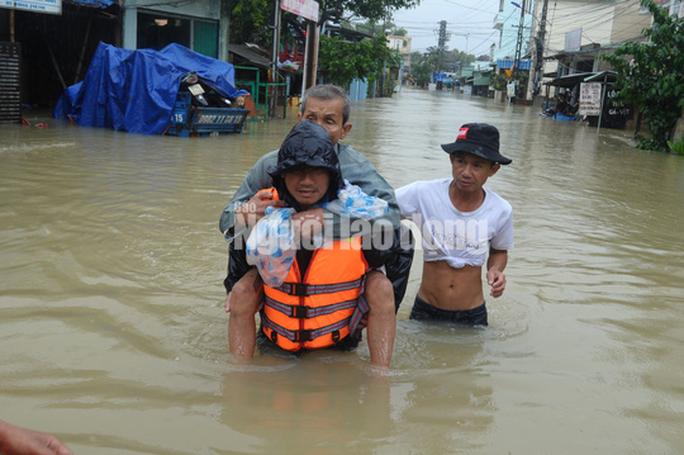 Quảng Nam lại mưa to, bộ đội giúp dân đi lánh nạn - Ảnh 1.
