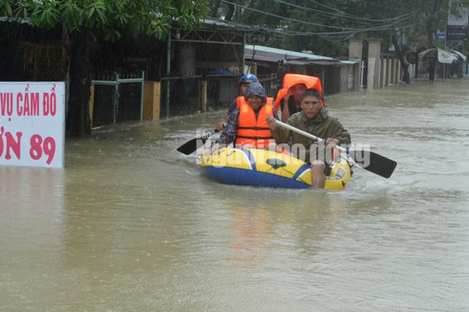 Quảng Nam lại mưa to, bộ đội giúp dân đi lánh nạn - Ảnh 10.