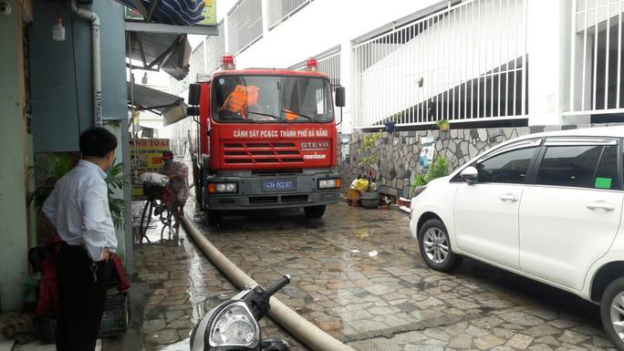Cận cảnh giải cứu hàng loạt xế hộp tiền tỉ bị ngập nước ở Đà Nẵng - Ảnh 7.