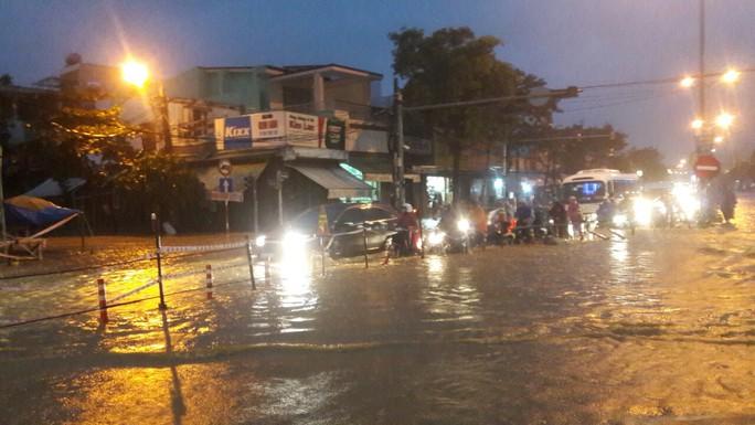 Nước dâng cao, Quốc lộ 1 qua Đà Nẵng tê liệt - Ảnh 4.