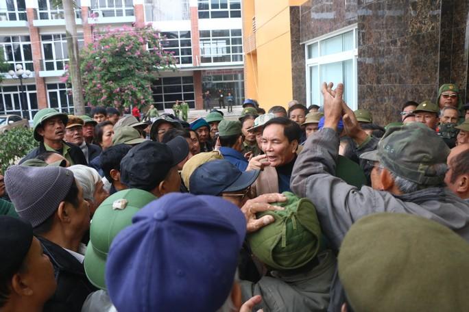 Hàng trăm người lại bao vây, làm náo loạn trụ sở VFF - Ảnh 4.