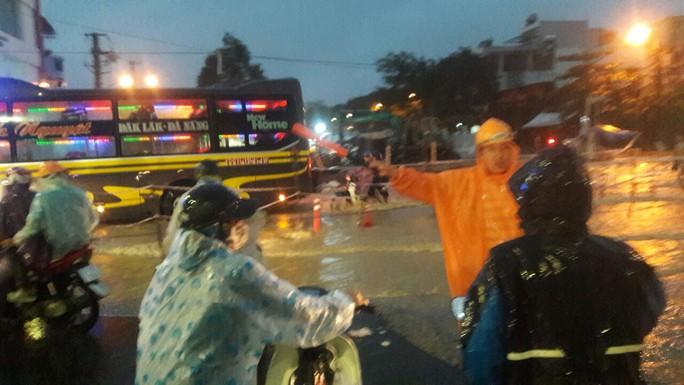 Nước dâng cao, Quốc lộ 1 qua Đà Nẵng tê liệt - Ảnh 5.