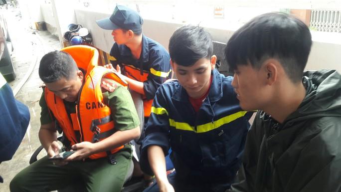 Cận cảnh giải cứu hàng loạt xế hộp tiền tỉ bị ngập nước ở Đà Nẵng - Ảnh 9.