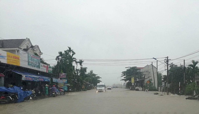 Bình Định: Nước lũ dâng cao, hàng chục ngàn học sinh phải nghỉ học - Ảnh 4.