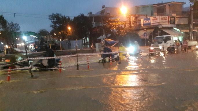 Nước dâng cao, Quốc lộ 1 qua Đà Nẵng tê liệt - Ảnh 15.