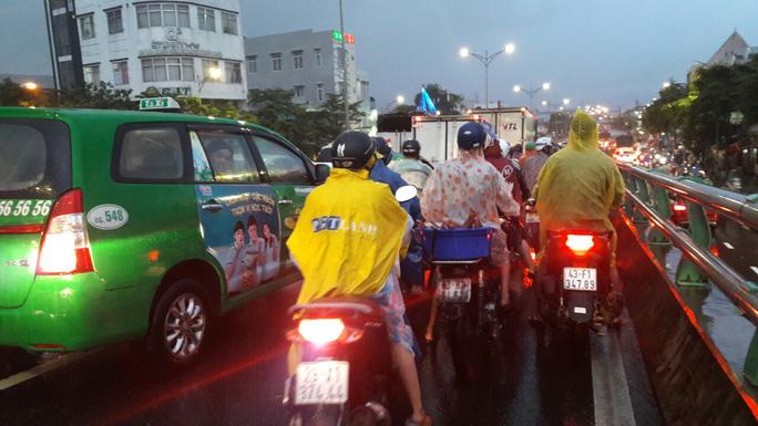 Nước dâng cao, Quốc lộ 1 qua Đà Nẵng tê liệt - Ảnh 16.
