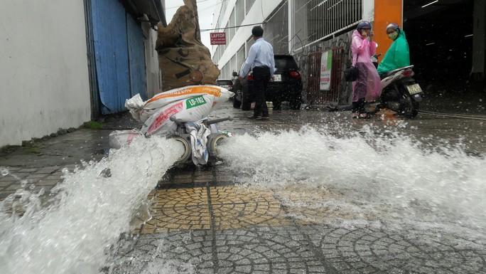 Cận cảnh giải cứu hàng loạt xế hộp tiền tỉ bị ngập nước ở Đà Nẵng - Ảnh 11.