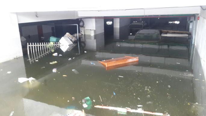 Cận cảnh giải cứu hàng loạt xế hộp tiền tỉ bị ngập nước ở Đà Nẵng - Ảnh 4.
