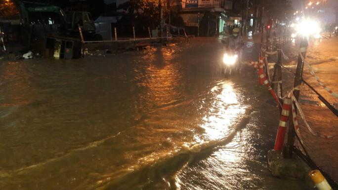 Nước dâng cao, Quốc lộ 1 qua Đà Nẵng tê liệt - Ảnh 17.