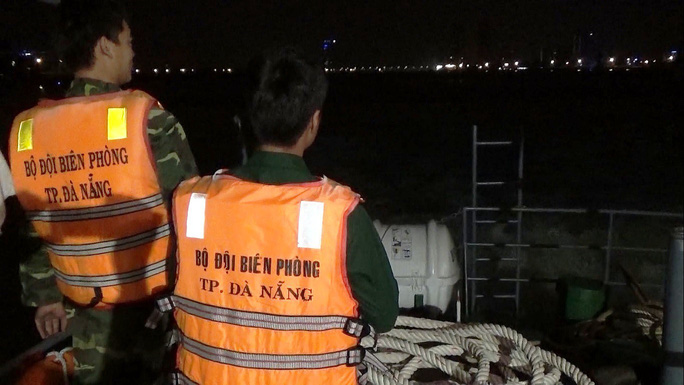 Tàu cá đâm vào đá ngầm bị chìm, 8 ngư dân may mắn được cứu sống - Ảnh 2.