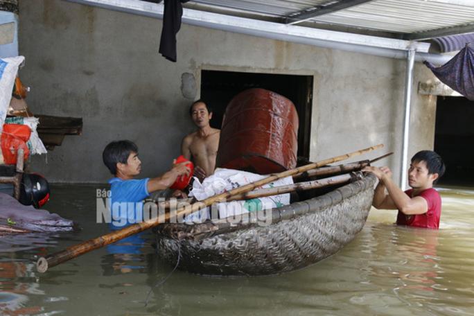 Nắng lên, Tam Kỳ vẫn chìm trong nước, người chết ở Quảng Nam tăng - Ảnh 1.