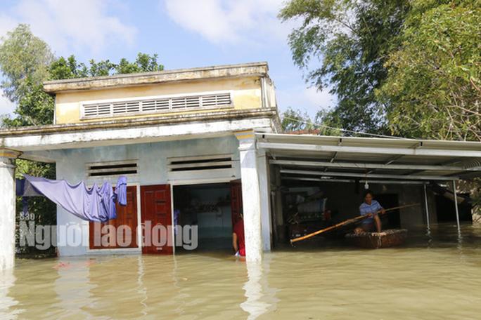 Nắng lên, Tam Kỳ vẫn chìm trong nước, người chết ở Quảng Nam tăng - Ảnh 3.
