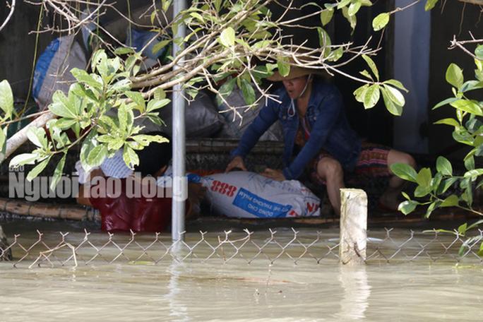 Nắng lên, Tam Kỳ vẫn chìm trong nước, người chết ở Quảng Nam tăng - Ảnh 9.