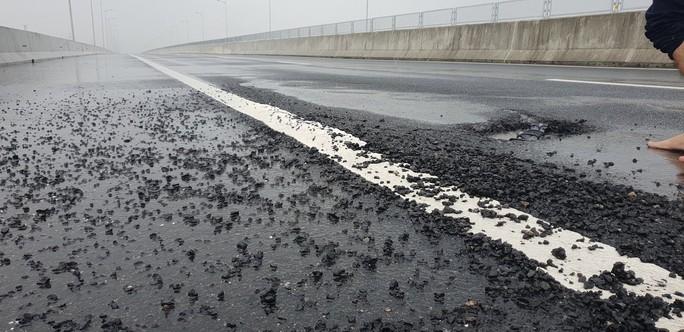 Sau mưa lớn, đường cao tốc Đà Nẵng – Quảng Ngãi 34.500 tỉ đầy ổ gà - Ảnh 2.