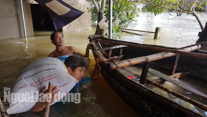 Nắng lên, Tam Kỳ vẫn chìm trong nước, người chết ở Quảng Nam tăng - Ảnh 11.
