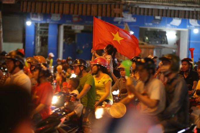 TP HCM tưng bừng sau trận Việt Nam hòa Maylaysia 2-2 - Ảnh 13.