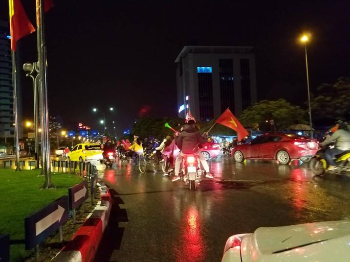 TP HCM tưng bừng sau trận Việt Nam hòa Maylaysia 2-2 - Ảnh 12.